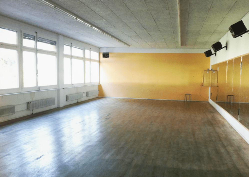 Backstage Studio: Tanzstudio 1 grosser Saal, helle Fensterfront