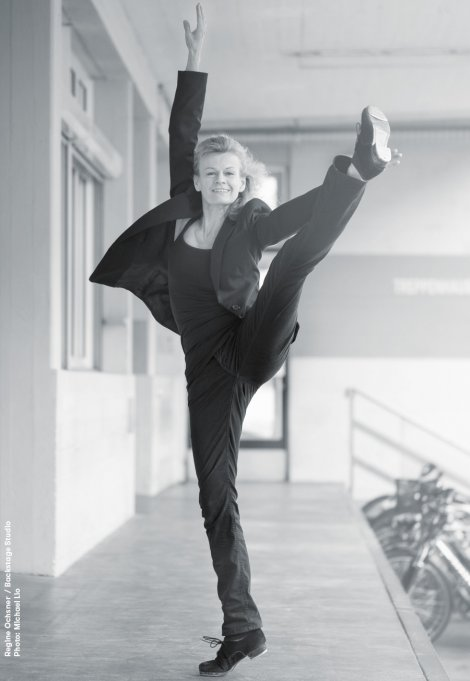 Backstage Studio: Regine Ochsner in dance pose, one leg raised high in the air